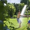 Skvělá zahradní sprcha 2v1 aneb ideální osvěžení pro vás i vaše rostlinstvo